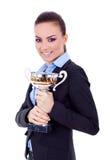 Entrepreneur féminin retenant un trophée Photographie stock