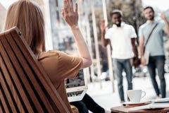 Entrepreneur féminin saluant ses collègues photographie stock libre de droits