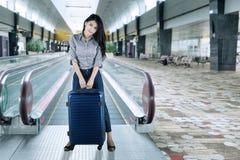Entrepreneur féminin se tenant dans l'aéroport Photos stock