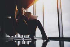 Entrepreneur fatigué de femme dans le costume pourpre avec l'ordinateur portable Photographie stock libre de droits
