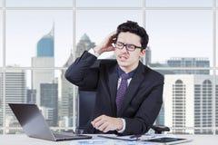 Entrepreneur inquiété sur le lieu de travail Images stock