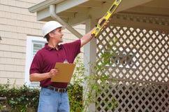 Entrepreneur à la maison de réparation de construction de logements d'inspecteur Images libres de droits