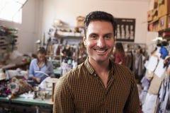 Entrepreneur masculin dans des vêtements fabriquant le studio photographie stock