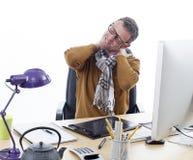 Entrepreneur masculin malade souffrant du cou endolori à son bureau images stock