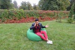 Entrepreneur masculin musulman majestueux Takes Out Phone et réponses Photos libres de droits