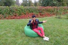 Entrepreneur masculin musulman majestueux Takes Out Phone et réponses calorie Photographie stock