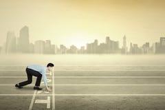 Entrepreneur masculin prêt à concurrencer photos libres de droits