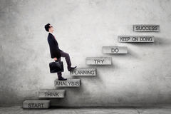 Entrepreneur masculin sur des escaliers avec le plan de stratégie Photographie stock