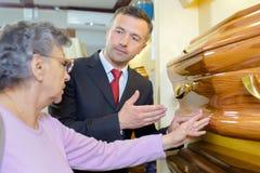 Entrepreneur montrant le cercueil de femme image stock