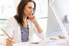 Entrepreneur ou indépendant heureux dans un bureau ou une maison image libre de droits