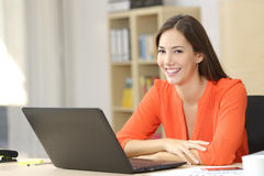 Entrepreneur ou indépendant regardant l'appareil-photo images stock