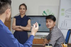 Entrepreneur parlant aux collègues images stock