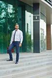 Entrepreneur réussi sur des étapes en dehors de l'immeuble de bureaux Photo stock