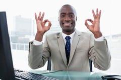 Entrepreneur signant que tout est parfait Photos libres de droits