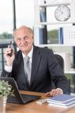 Entrepreneur supérieur travaillant dans le bureau Photographie stock