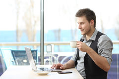 Entrepreneur travaillant sur la ligne dans un café images stock