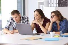 Entrepreneurs ennuyés attendant un projet Photo libre de droits