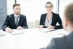 Entrepreneurs modernes à la table de réunion image stock