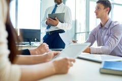 Entrepreneurs modernes prévoyant des projets lors de la réunion photos libres de droits