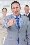 Entreprenör som poserar att peka ut på kameran Fotografering för Bildbyråer