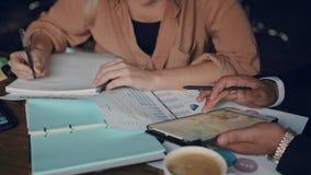 Entreprise de bureau d'équipe d'affaires la petite créent la société prévoir la réunion créative utilisant la représentation numé clips vidéos