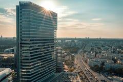 Entreprises construisant le gratte-ciel au coucher du soleil photographie stock libre de droits