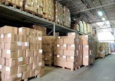 Entrepôt avec des cardboxes Photographie stock