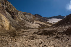 Entrer dans le cratère du volcan de Mutnovsky sur la cendre a couvert la neige éternelle Images stock
