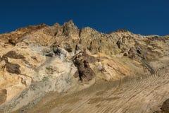 Entrer dans le cratère du volcan de Mutnovsky sur la cendre a couvert la neige éternelle Photos libres de droits