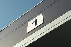 Entrer dans le garage de voiture avec le nombre Image stock