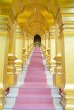 Entrer dans les escaliers de temple Photos stock