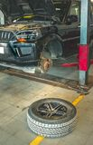 Entretenant et ouvrant le pneu de la voiture photo stock