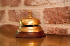 Entretenez la cloche à un café français Images libres de droits
