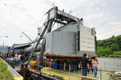 Entretenez le navire avec le scaphandrier un jour de visite sur le riv de la Moselle Photos libres de droits