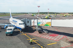 Entretenez les avions avant vol à l'aéroport de Domodedovo Photos stock