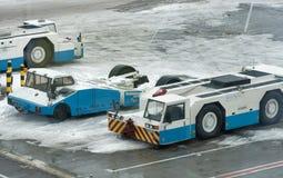 Entretenez les camions de macadam garés dans l'aéroport de Boryspil d'hiver Kiev, Ukraine Image libre de droits