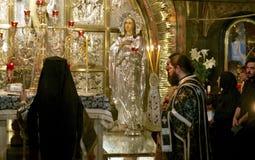 Entretenez les prières à l'église de la tombe sainte Photographie stock libre de droits