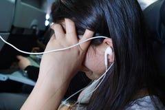Entretenimento adolescente durante o voo Foto de Stock Royalty Free