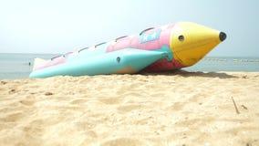 Entretenimento da água, um grande foguete inflável no Sandy Beach 4K vídeos de arquivo