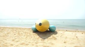 Entretenimento da ?gua, um grande foguete infl?vel no Sandy Beach 4K vídeos de arquivo