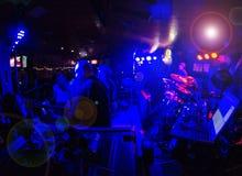 Entretenimiento: Banda de Rcok que juega con niebla y luces Fotografía de archivo libre de regalías