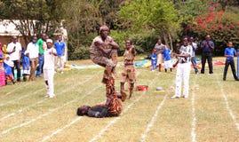 Entretenimiento de los acróbatas en Nairobi Kenia Foto de archivo
