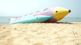 Entretenimiento del agua, un cohete inflable grande en la playa arenosa 4K almacen de metraje de vídeo