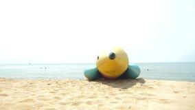 Entretenimiento del agua, un cohete inflable grande en la playa arenosa 4K almacen de video
