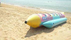 Entretenimiento del agua, un cohete inflable grande en la playa arenosa 4K metrajes