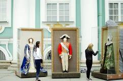 Entretenimiento para los turistas en St Petersburg Fotografía en museo histórico imagenes de archivo