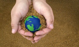 Entretenir la terre de planète Images libres de droits