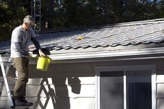 Entretien à la maison - nettoyage d'eavestrough Photos libres de droits