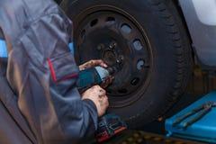 Entretien automobile de concept de réparateur de pneu images libres de droits