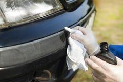 Entretien automobile Empâtage du pare-chocs en plastique Images stock